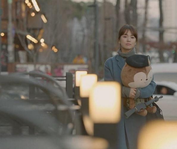 Rơi nước mắt hình ảnh bác sĩ Kang thẩn thở ôm gấu