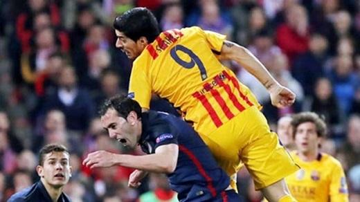 Suarez thúc cùi chỏ. (Ảnh: Internet)