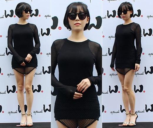 Nữ ca sĩ Gain diện mốt váy quá ngắn khiến nhiều người tưởng cô quên mặc quần.