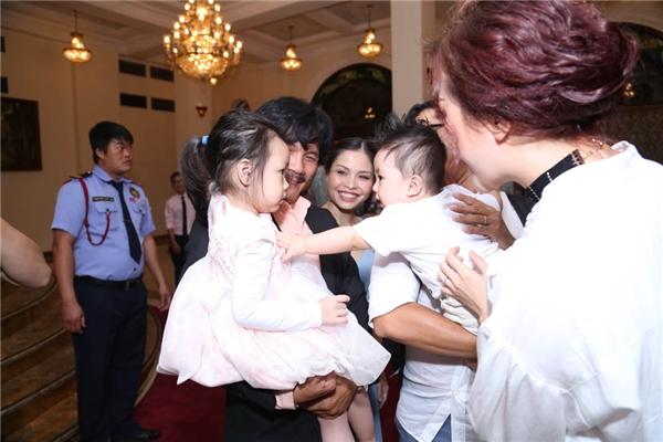 Cậu bé Happy liên tục cười giỡn bên con gái của đạo diễn Công Ninh. - Tin sao Viet - Tin tuc sao Viet - Scandal sao Viet - Tin tuc cua Sao - Tin cua Sao
