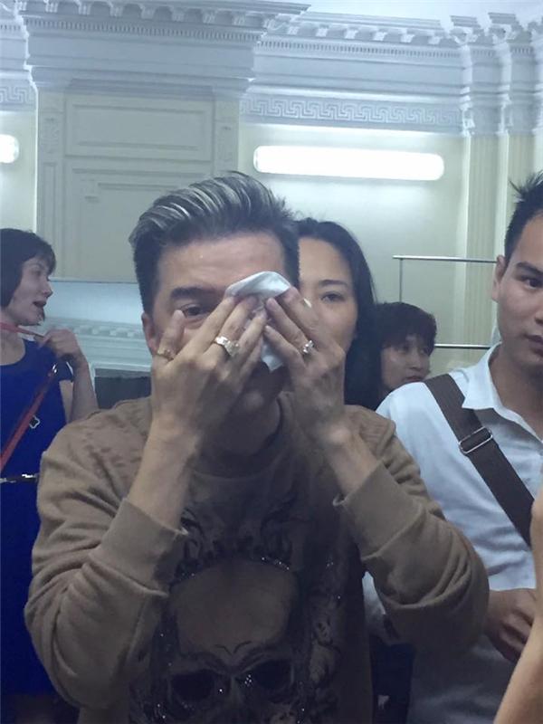 """Hình ảnh anh tự mình lau vết thương trên mắt khiến fan vô cùng """"xót xa"""". - Tin sao Viet - Tin tuc sao Viet - Scandal sao Viet - Tin tuc cua Sao - Tin cua Sao"""
