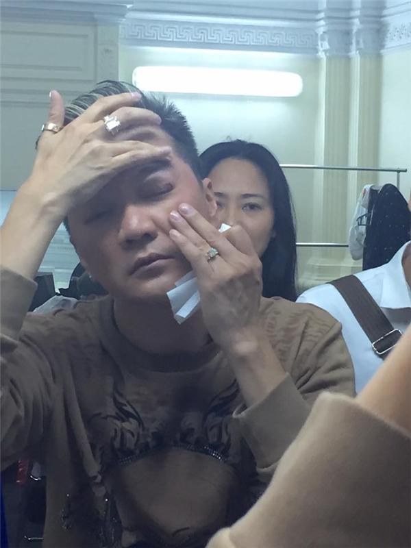 Đàm Vĩnh Hưng bị đổ máu ngay trên sân khấu - Tin sao Viet - Tin tuc sao Viet - Scandal sao Viet - Tin tuc cua Sao - Tin cua Sao