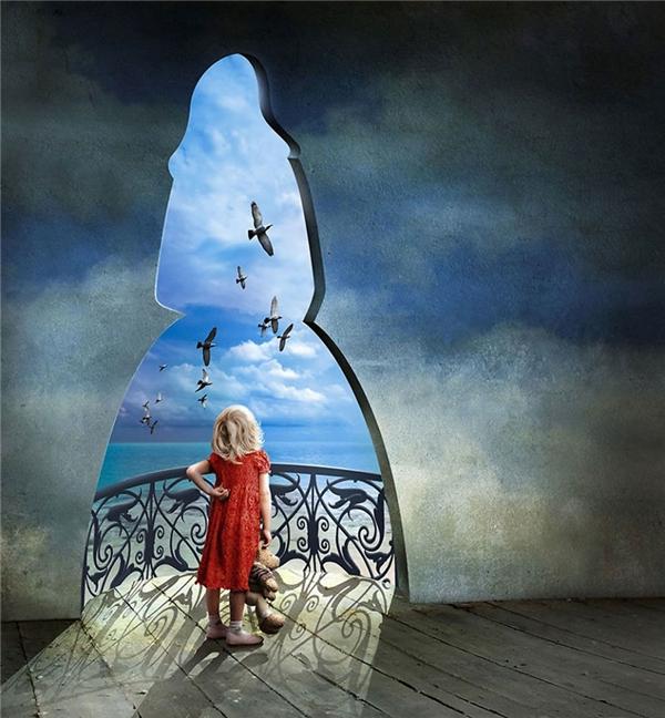 Nếu cô bé gái này khi trưởng thành lại không đúng theo cái khuôn đã đóng sẵn trên tường thì cuộc đời cô sẽ ra sao? (Ảnh: Igor Morski)
