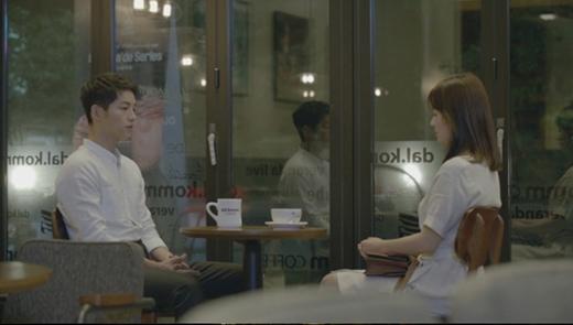 Cảnh chia tay đoạn đầu phim của đại úy Yoo- bác sĩ Kang. (Ảnh: Internet)