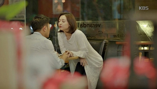 Cảnh tình cảm củathượng sĩ Seovàtrung úy Yoon. (Ảnh: Internet)