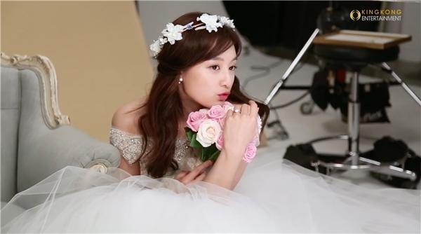 Dù đảm nhận những vai diễn già hơn tuổi nhưng đằng sau ống kính, Kim Ji Won vẫn là một cô gái trẻ trung, năng động và không kém phần tinh nghịch.