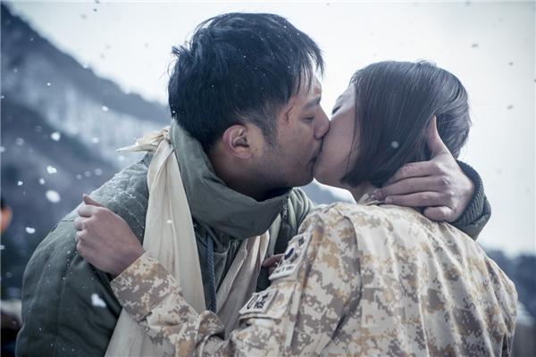 Sau Hậu duệ mặt trời, Kim Ji Won trở thành nữ quân nhân