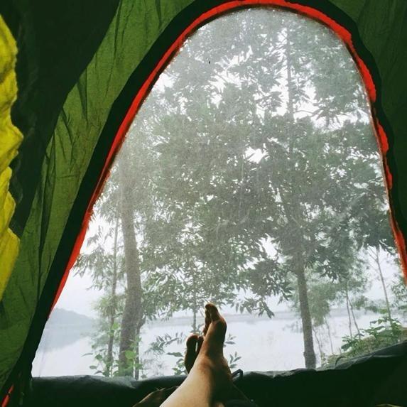 Chỉ cần mở cửa lều là bạn có thể ngắm nhìn cảnh hồ nước, núi rừng thơ mộng.(Ảnh: Internet)