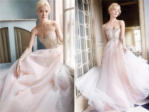 Mẫu thiết kế áo cưới của hãngAlvina Valenta có phần đơn giản hơn so với những mẫu váy còn lại. Tuy nhiên chính sự đơn giản, nhẹ nhàng đó lại mang đến một sự thanh khiết đến kì lạ cho cô dâu.(Ảnh:Internet)