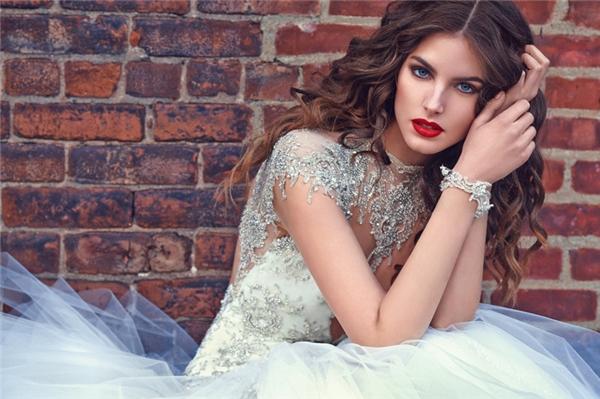 """Một mẫu thiết kế khác của hãngGalia Lahav nhưng lại mang vẻ cổ điển, """"kín đáo"""" hơn. Những cô nàng theo đuổi phong cách nhẹ nhàng, đơn giản nhưng vẫn không thiếu phần quý phái thì chiếc váy này là một sự lựa chọn hoàn hảo.(Ảnh:Internet)"""