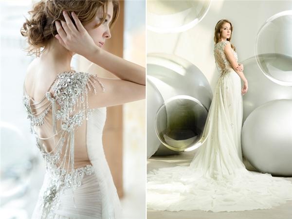 Số lượng đá quý đính trên lưng và vai chiếc váy sẽ mang đến cho bạn một nét sang trọng tinh tế, không quá cầu kì. Nếu khoác vào người thiết kế đẳng cấp của hãngSophie Design này, chắc chắn bạn sẽ là nữ hoàng của đêm nay.(Ảnh:Internet)