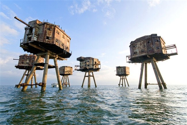 Các pháo đài Maunsell được xây dựng trên biển để bảo vệ nước Anh khỏi phát xít Đức trong cuộc chiến tranh thế giới thứ hai. Ngày nay, các pháo đài này bị bỏ hoang và là nơi ở cho những người sống ẩn dật và kẻ buôn lậu.
