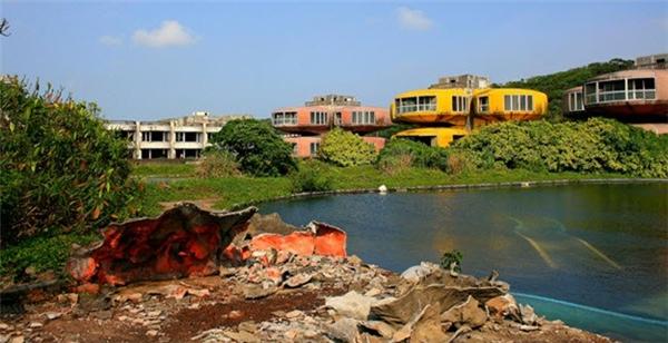 Khu nghỉ dưỡng San Zhi được xây dựng ở ngoại ô thành phố Đài Bắc ở Đài Loan. Nhưng công trình này đã bị bỏ hoang sau khi hàng loạt người chết bí ẩn tại đây.