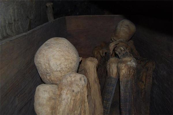 Hang xác ướp Kabayan nằm trong những ngọn núi hẻo lánh ở Philippines là khu vực lưu giữ nhiều xác ướp nguyên vẹn nhất thế giới.