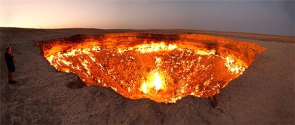 Cổng Địa Ngục ở Turkmenistan thực chất là một hố khí ga cháy liên tục suốt 40 năm qua. Nhện là loại động vật duy nhất thích sống ở khu vực này khi có hàng nghìn con nhện giăng lưới quanh miệng hố.