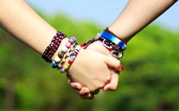 Dấu hiệu dễ thấy nhất của những cặp đã yêu dài lâu là luôn nắm hoặc đan tay vào nhau khi đi cùng dù ở bất cứ nơi đâu.(Ảnh: Internet)