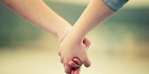 Cái nắm taylà tâm nguyện, ý chí muốn ở bên, muốn đưa nhau đi đến cuối cuộc đời.(Ảnh: Internet)