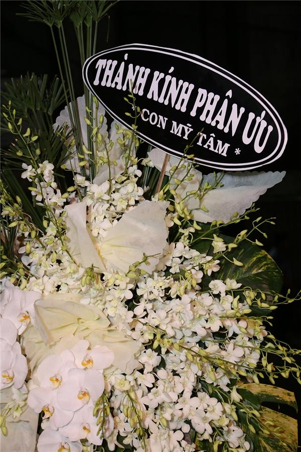 Do đang bận lịch diễn tại Hà Nội nên nữ ca sĩ Mỹ Tâm đã gửi lẵng hoa đến chia buồn cùng gia quyến. - Tin sao Viet - Tin tuc sao Viet - Scandal sao Viet - Tin tuc cua Sao - Tin cua Sao