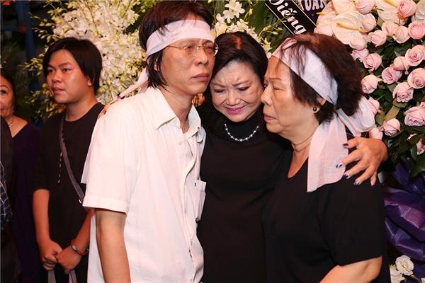Nghệ sĩ nhân dân Kim Cương ôm chặt vợ và con trai của cố nhạc sĩ Nguyễn Ánh 9 khóc nghẹn. - Tin sao Viet - Tin tuc sao Viet - Scandal sao Viet - Tin tuc cua Sao - Tin cua Sao