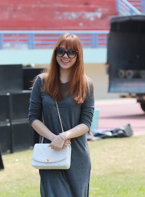 Chiếc túi Chanel màu trắng của Hari có giá khoảng 65 triệu đồng. (Ảnh: Internet) - Tin sao Viet - Tin tuc sao Viet - Scandal sao Viet - Tin tuc cua Sao - Tin cua Sao