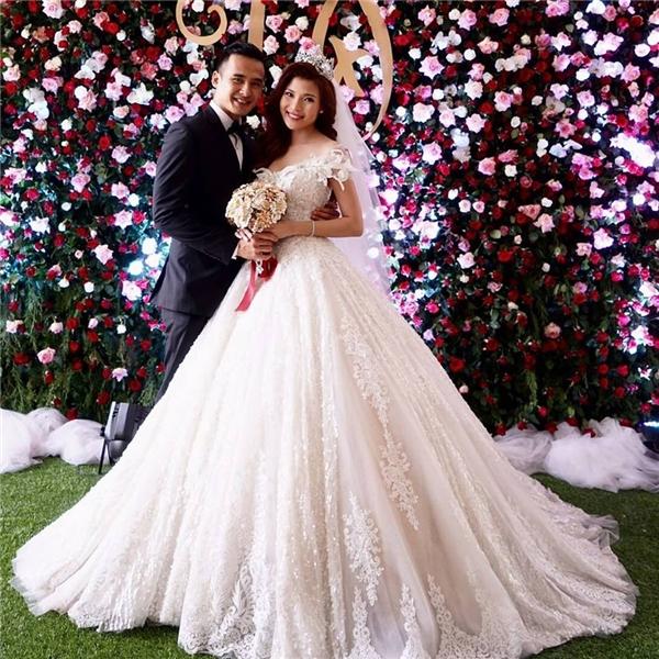 Chiếc váy cưới trắng với phom váy phồng xòe có giá nhỉnh hơn: 120 triệu đồng.