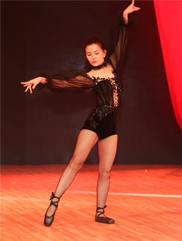 Ngọc Trinh vô tư đi dép lê ngồi xế hộp , Thu Thủy múa ballet
