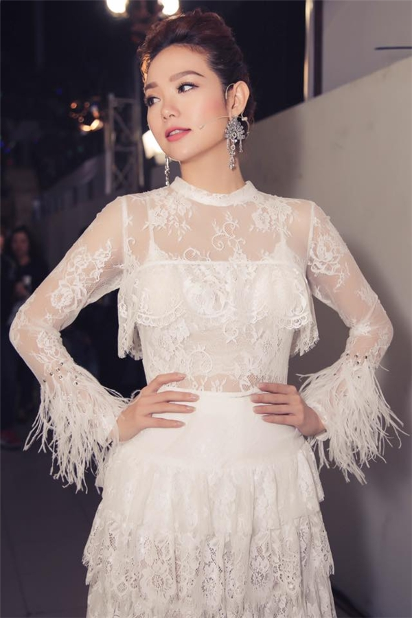 Ren - chất liệu hot nhất mùa thời trang Xuân - Hè năm nay cũng được Minh Hằng mang đến Vip Dance 2016. Bộ trang phục mangphong cách cổ điển nhưng vẫn tôn lên nét gợi cảm, táo bạo của người phụ nữ hiện đại.