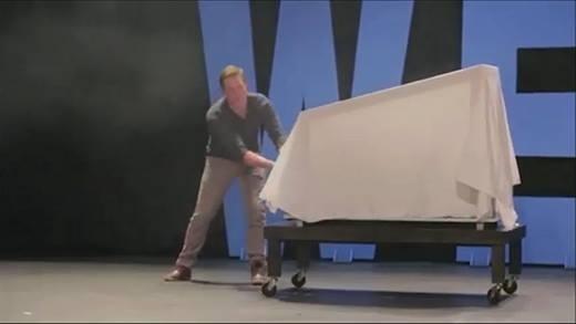 Hết hồn với màn ảo thuật... lột đồ trên sân khấu