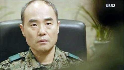 Nam diễn viên Kang Shin Il (Cha của Trung úy Yoon Myung Joo trong phim).