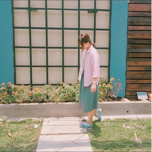 Hai tông màu xanh, hồng hợp xu hướng như xóa tan cái nóng oi bức của những ngày đầu hè. Hãy lựa chọn những trang phục có độ mỏng vừa phải để khi kết hợp chúng cùng nhau không tạo nên cảm giác ngột ngạt, nóng bức.
