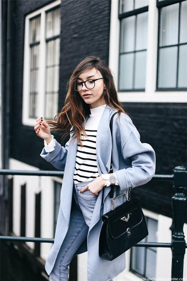 Denim và màu xanh denim sẽ trở thành xu hướng phủ sóng tiếp theo trong mùa Xuân - Hè năm nay. Áo trễ vai, váy yếm hay quần rách cá tính, chúng đều mang đến vẻ ngoài trẻ trung cho người mặc.