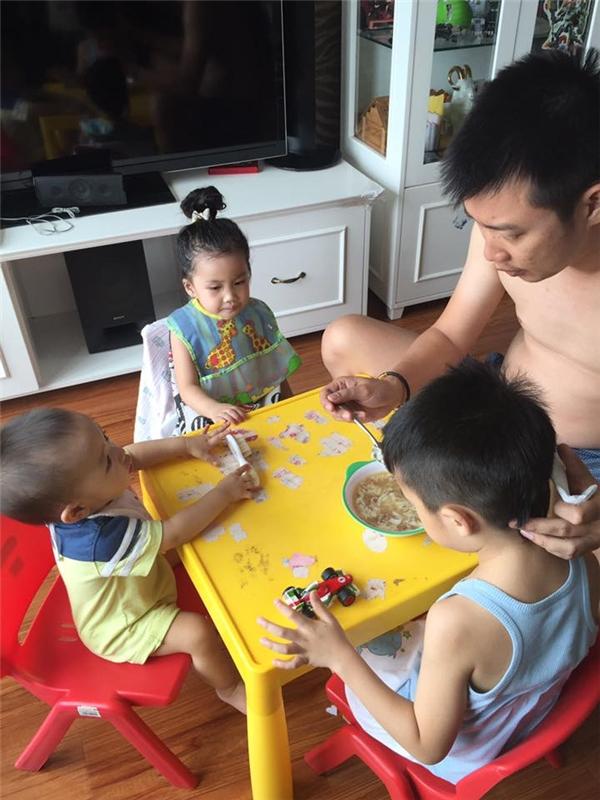 Hình ảnh ông xã đảm đang chăm sóc con cái giúp cô nhận được nhiều phản hồi tích cực từ cộng đồng mạng. - Tin sao Viet - Tin tuc sao Viet - Scandal sao Viet - Tin tuc cua Sao - Tin cua Sao