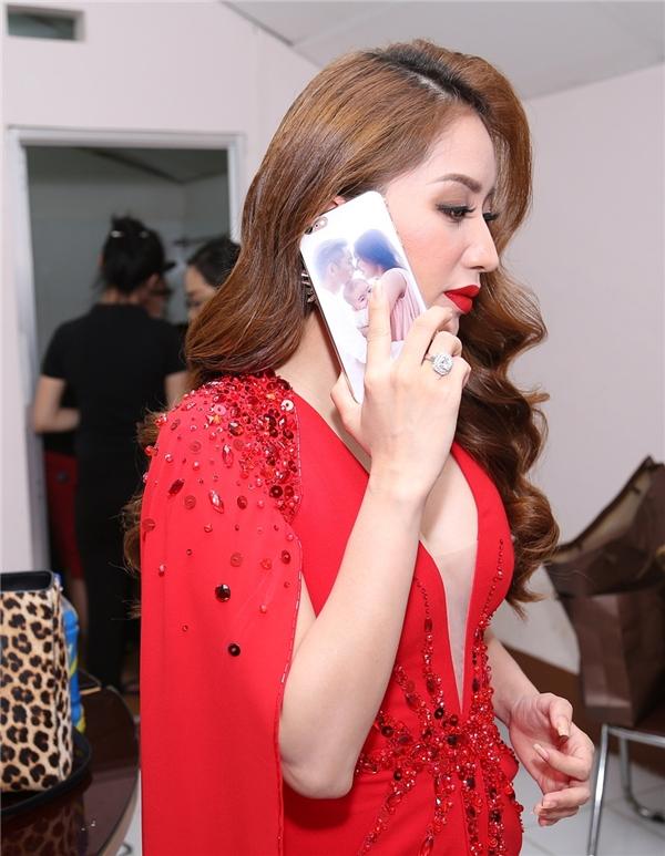 Nữ giám khảo liên tục bận rộn với những cuộc điện thoại - Tin sao Viet - Tin tuc sao Viet - Scandal sao Viet - Tin tuc cua Sao - Tin cua Sao