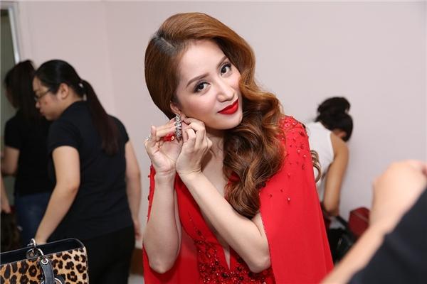 Khánh Thi diện đầm đỏ nổi bật - Tin sao Viet - Tin tuc sao Viet - Scandal sao Viet - Tin tuc cua Sao - Tin cua Sao