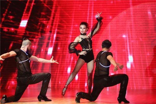 Sự nhiệt huyết trong từng bước nhảy của Thu Thủy giúp cô giành trọn cảm tình của khán giả. - Tin sao Viet - Tin tuc sao Viet - Scandal sao Viet - Tin tuc cua Sao - Tin cua Sao