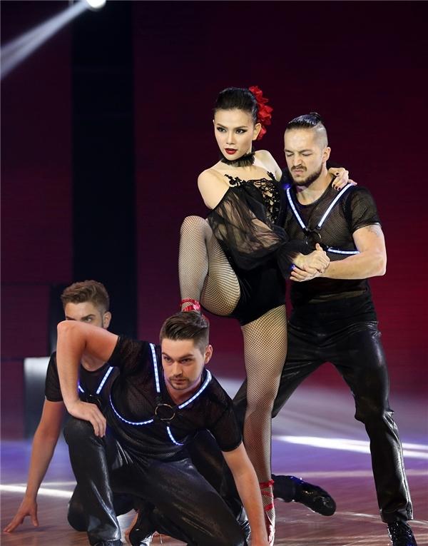 Thu Thủy trong trang phục ballet được thiết kế như một bộ jumpsuit. - Tin sao Viet - Tin tuc sao Viet - Scandal sao Viet - Tin tuc cua Sao - Tin cua Sao