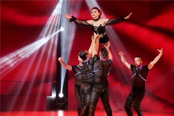 Phần múa ballet đầy ấn tượng cùng vũ công nam được xem như điểm nhấn của tiết mục. - Tin sao Viet - Tin tuc sao Viet - Scandal sao Viet - Tin tuc cua Sao - Tin cua Sao