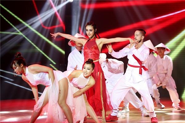"""Đột ngột những vũ công nam trong trang phục ninja xuất hiện khiến không khí khán phòng """"nóng"""" hơn bao giờ hết. - Tin sao Viet - Tin tuc sao Viet - Scandal sao Viet - Tin tuc cua Sao - Tin cua Sao"""