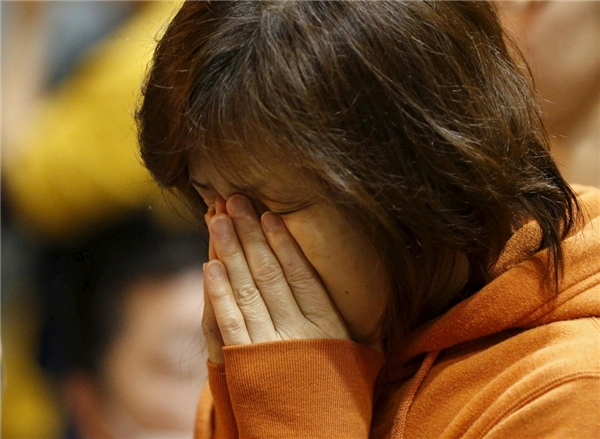 Vẻ mệt mỏi của một người phụ nữ được sơ tán tại Bệnh viện Chữ Thập Đỏ Kumamoto sau động đất.