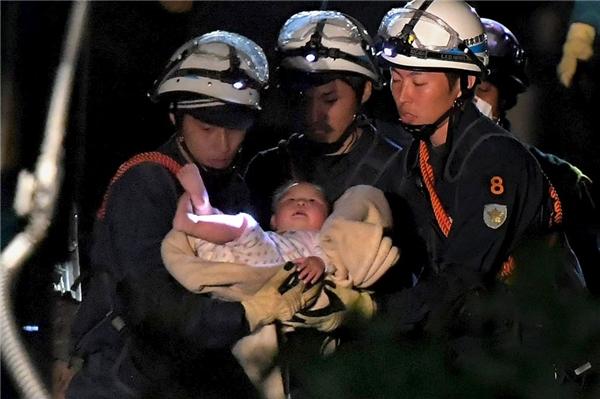 Các nhân viên cứu hộ đưa thành công bé gái 8 tháng tuổi ra khỏi đống gạch vụn của một ngôi nhà bị sụp đổ ở thị trấn Mashiki.