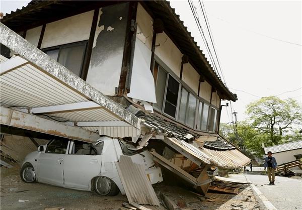 Trận động đất này gây nhiều trận hỏa hoạn ở thành phố Kumamoto. Hàng trăm ngôi nhà ở các thị trấn và thành phố thuộc tỉnh Kumamoto sụp đổ hoặc bị hư hại. Khoảng 44.000 người phải bỏ nhà đi tìm nơi trú ẩn.