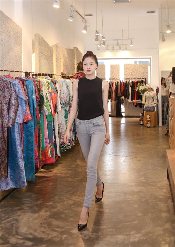 Chà Mi ngày càng trưởng thành hơn sau gần 3 năm gia nhập làng mẫu. Cô cũng đến thử sức với buổi tuyển chọn của nhà thiết kế Thủy Nguyễn.