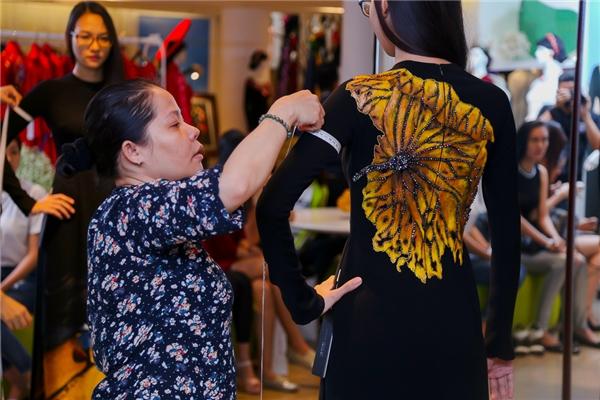 Riêng với bộ sưu tập áo dài của nhà thiết kế Thơ Đinh, người mẫu phải đảm bảo có hình thể đầy đặn để có thể phô diễn được nét đẹp của trang phục truyền thống.