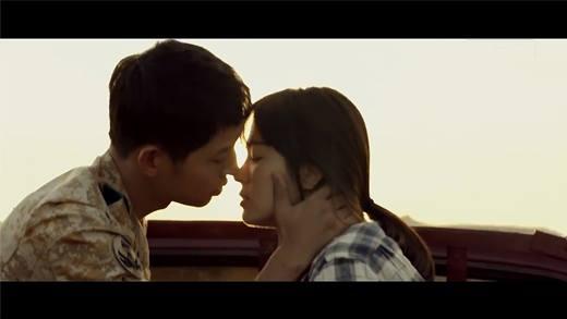 """Những cảnh """"khóa môi"""" khiến fan rạo rực của Hậu Duệ Mặt Trời"""