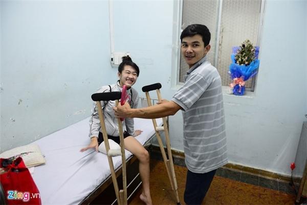 Ông Lê Văn Long (cha của Hà Vi) cho biết, con gái ông đã được trường THPT Đông Du ở Đắk Lắk nhận vào học. Khi trước, trường cũ chỉ cách nhà 7 km, nhưng nay chuyển đến trường mới cách nhà 20 km nên Vi sẽ được nhà trường tạo điều kiện cho em học nội trú.