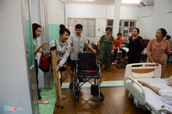 Cô gái xinh xắn chào tạm biệt các bệnh nhân ở chung phòng bệnh để về nhà.