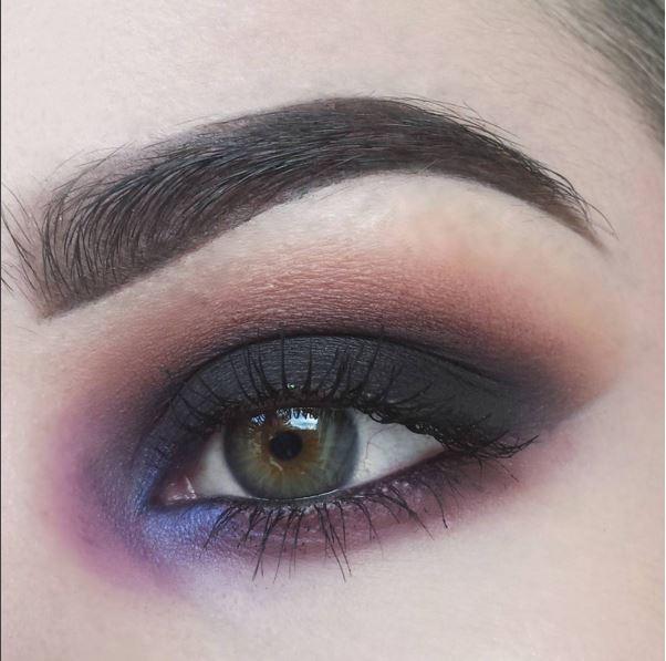 Đôi mắt trầm mặc này là sự hòa quyện đến 5 tông màu: tím, xanh, đen, nâu, hồng.