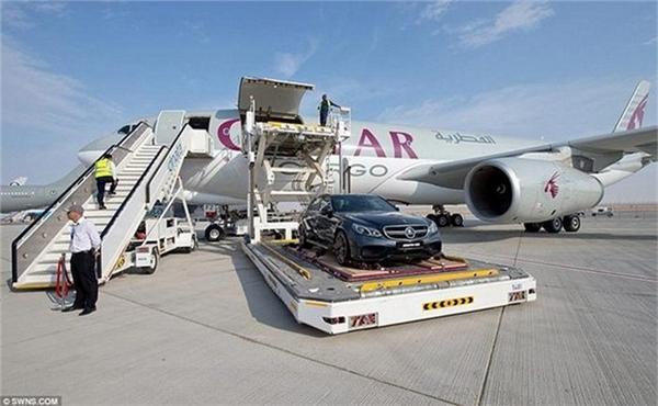 Cứ mỗi mùa hè, hãng Qatar Airways lại bận rộn vận chuyển siêu xe cho các tay chơi với giá hơn 600 triệu đồng/lần.