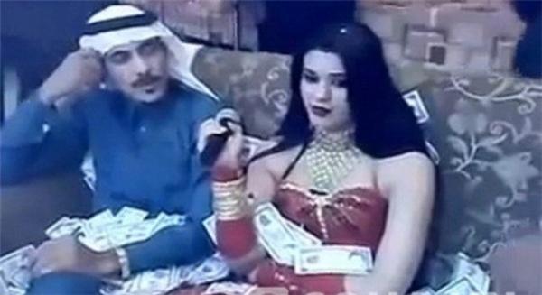 """Con trai hoàng thân Al-Waleed bin Talal vung tiền để """"cầu xin"""" người đẹp hát."""