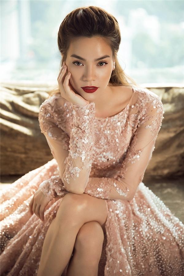 Hồ Ngọc Hà diện váy xòe với tông hồng pastel ngọt ngào, quyến rũ. Thiết kế được thực hiện trên nền chất liệu voan lưới mỏng tang kết hợp những mảng ren đính kết trải đều khắp thân váy.